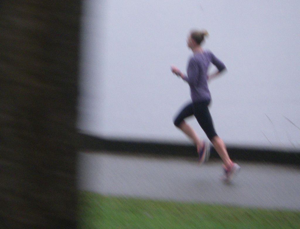 Fawn Whiting running along the seawall at the Vancouver Chilly Chase 15k